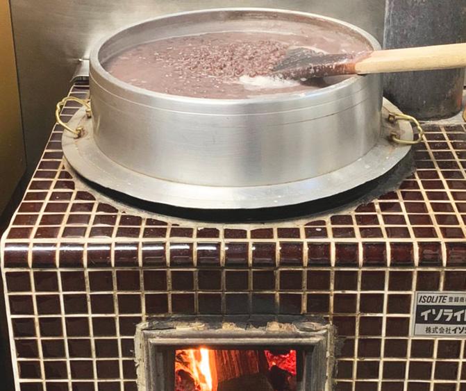 竈門であずきを炊いて作る自家製あんこ
